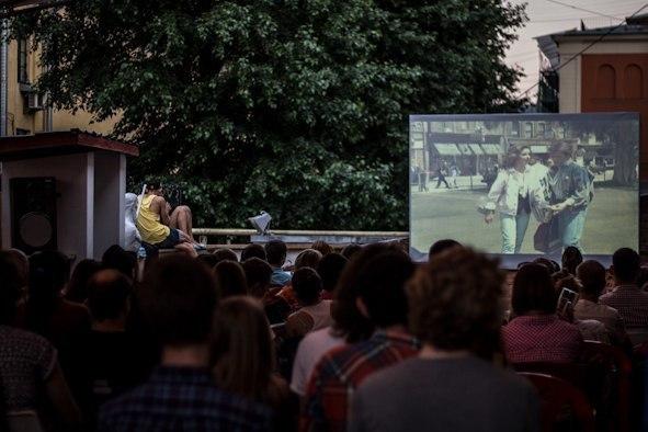 Афиша показов фильмов в кинотеатре на крыше