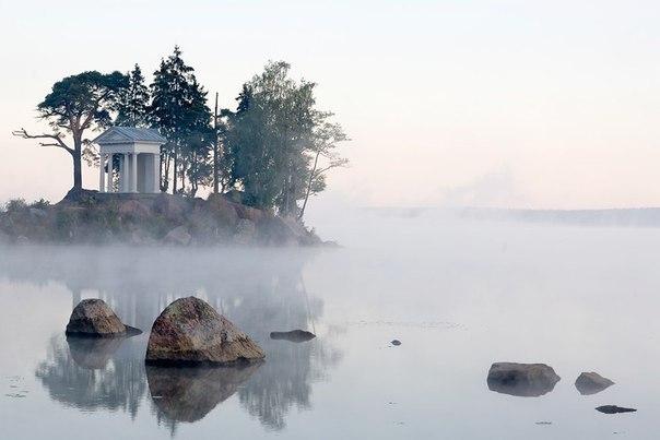 В северной части острова Твердыш, что не далеко от Выборга, на побережье Защитной бухты Выборгского залива расположилась усадьба Монрепо с красивым скальным парком....