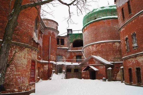 Недалеко от Кронштадта из воды поднимаются молчаливые стены форта «Император Александр I» или «Чумной». История заб...
