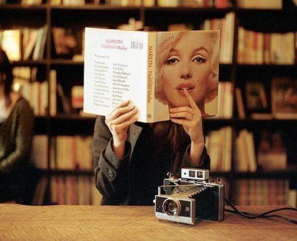 Как показал социологический опрос, 67 % петербуржцев любят пошуршать страницами книжек, а не читать их с помощью га...