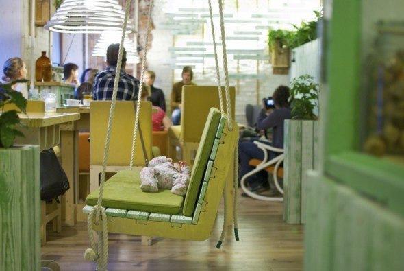 5 кафе Петербурга, где можно отдохнуть в гамаке или покачаться на качелях...