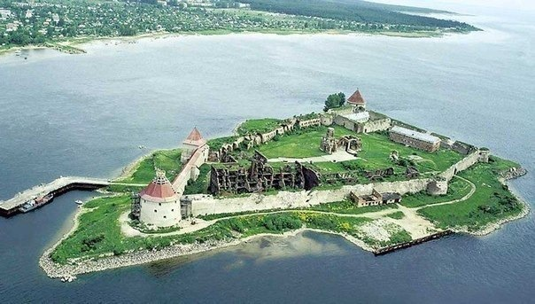 Средневековые постройки вокруг Петербурга