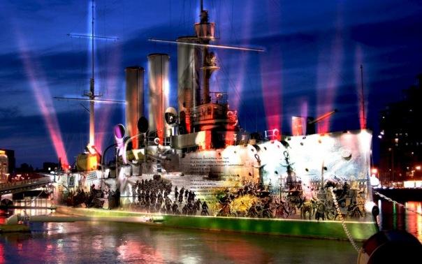Просмотр светового шоу у Авроры из тёплого салона теплохода и праздничный концерт.