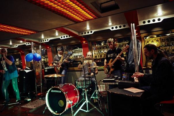 Ритм разводных мостов - праздничный концерт в тёплом салоне теплохода.