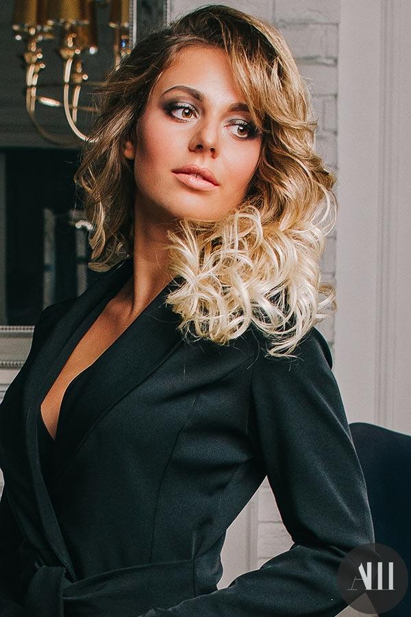 Стильную прическу и профессиональный макияж к празднику жительницам Северной столицы могут сделать в студии Анастасии Швабской.