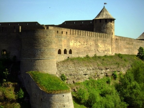 Топ-5 старинных замков и крепостей в Ленинградской области