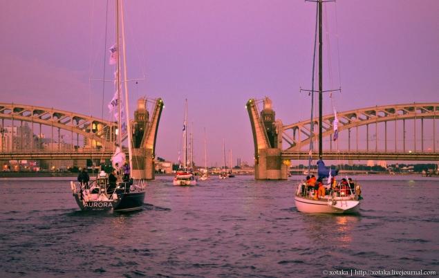 Ночная прогулка на яхте под разведенными мостами
