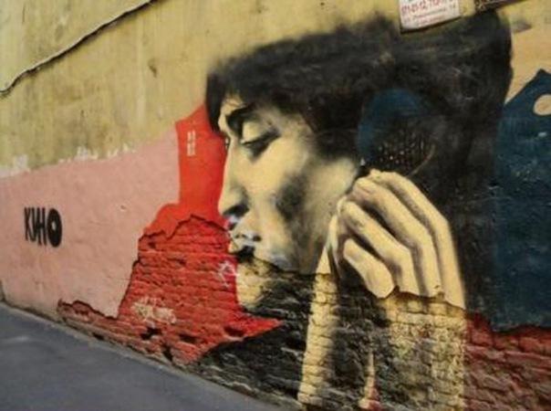 Изображением Виктора Цоя во дворе на улице Рубинштейна