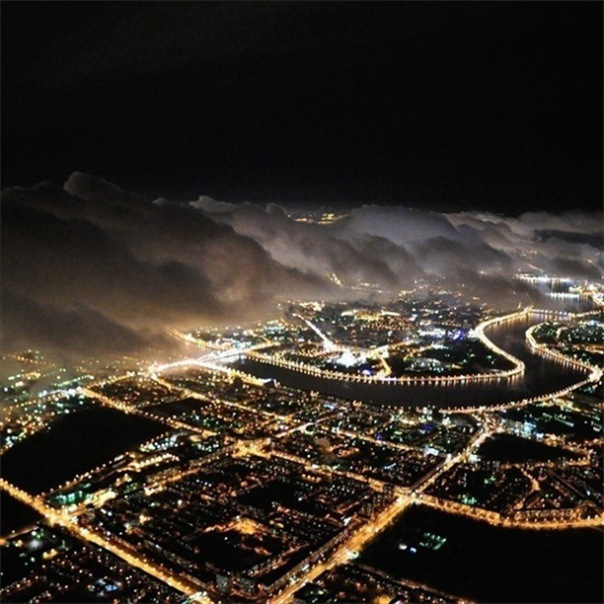 Ночной полет на самолете по маршруту вокруг Санкт-Петербурга