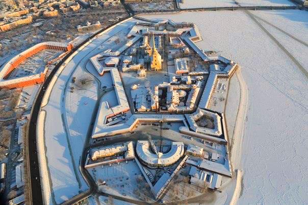 Полет на вертолете над заснеженным центром Санкт-Петербурга