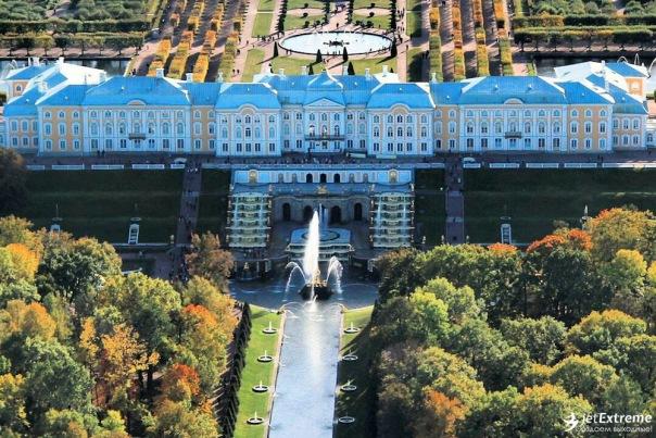 Полет на самолете над парадными пригородами Петербурга