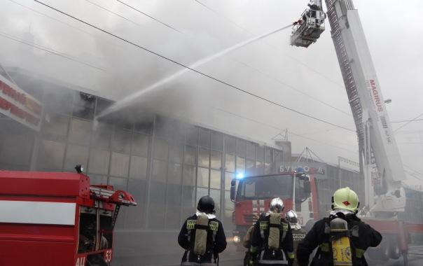 У метро Пионерская произошел пожар в торговом центре
