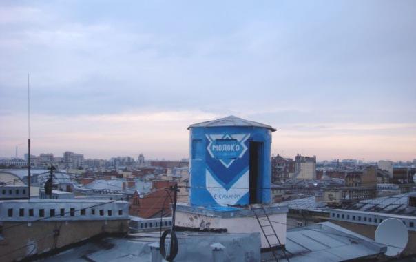 В Петербурге башню жилого дома расписали под банку сгущёнки