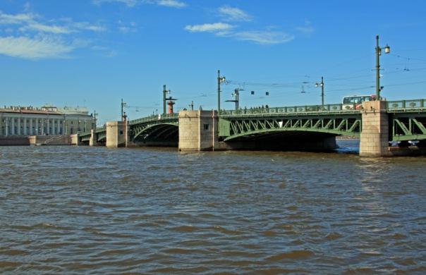Водолазы ищут женщину, упавшую с Дворцового моста в Неву