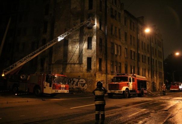 Возле Балтийского вокзала горит здание по повышенному номеру сложности
