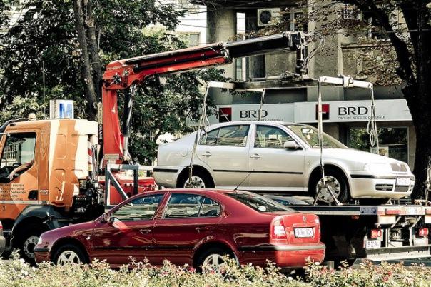 В центре Петербурга девушка закрылась в эвакуируемой машине