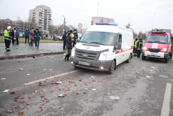 Кошмарное ДТП в Пушкине: иномарка влетела в группу людей на автобусной остановке