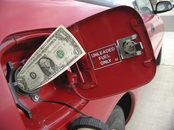 Госдума повысила цены на бензин и сигареты