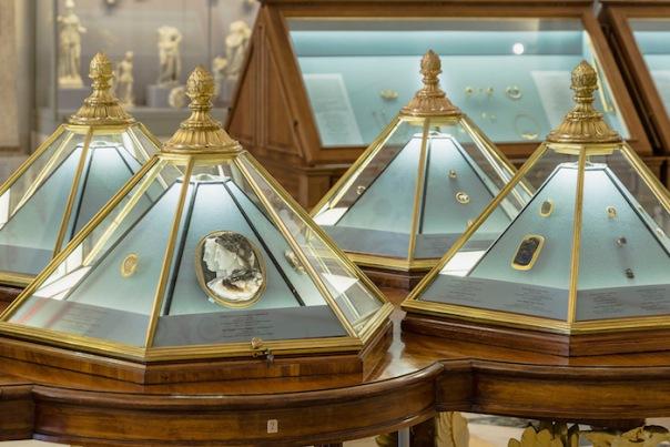 Выставка «История Эрмитажа в зеркале витрин»