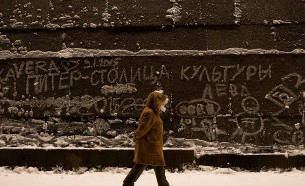На стенах Петропавловской крепости появились снежные граффити