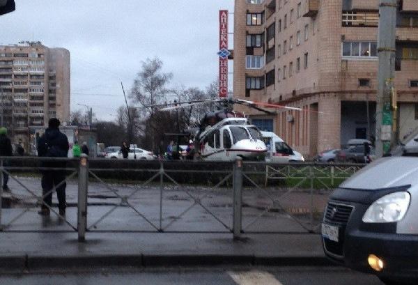 На КАД в столкнулись три автомобиля, пострадавших эвакуировали вертолетом