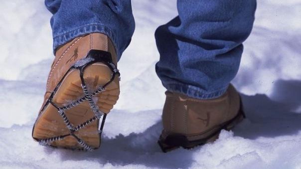 Чиновники предложили раздавать петербуржцам ледоступы