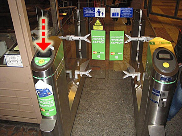 В Петербурге ввели оплату проезда в метро банковской картой