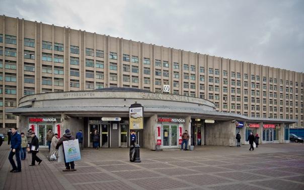 Станцию Электросила закрыли на вход из-за пассажира, сломавшего эскалатор