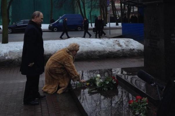 Владимир Путин приехал в Санкт-Петербург, чтобы возложить цветы к памятнику Анатолию Собчаку