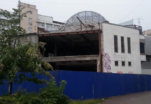 Смольный снесет трехэтажный торговый центр рядом с Приморской