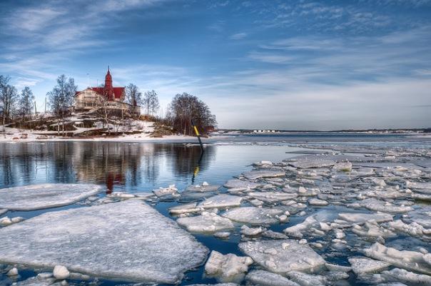 Двое петербуржцев провалились под лед в Ленобласти