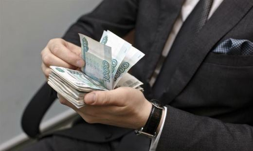 В Петербурге сократят чиновников и их зарплаты