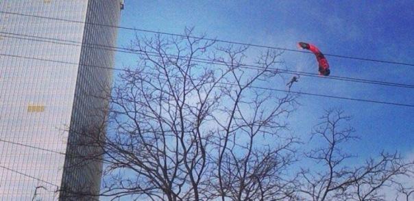 В Петербурге парашютисты прыгнули с высотки Leader Tower