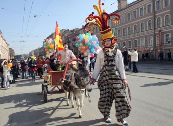 Парад клоунов и шоу мыльных пузырей устроят в Петербурге в День смеха