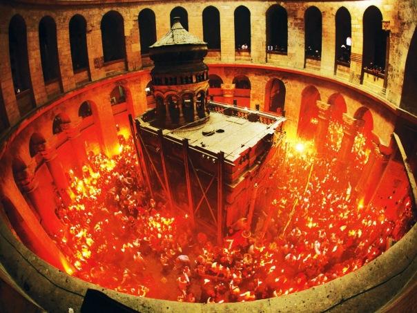К Пасхе из Иерусалима доставят Благодатный огонь в Петербург