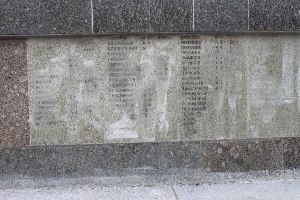 Реставраторы испортили военный мемориал в Гостилицах