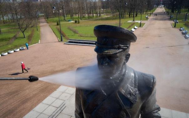 Памятникам Петербурга устроили Банный день