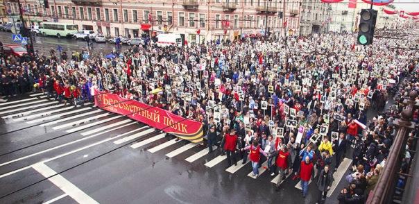 На акции Бессмертный полк в Санкт-Петербурге собралось 300 тысяч человек
