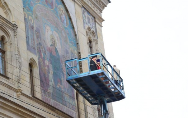 Икону на фасаде Института кино и телевидения открыли после реставрации