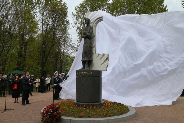 В Петербурге открыли памятник Ольге Берггольц