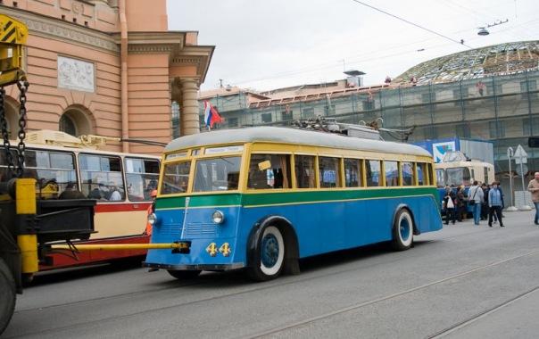 В Петербурге прошел парад ретро-транспорта