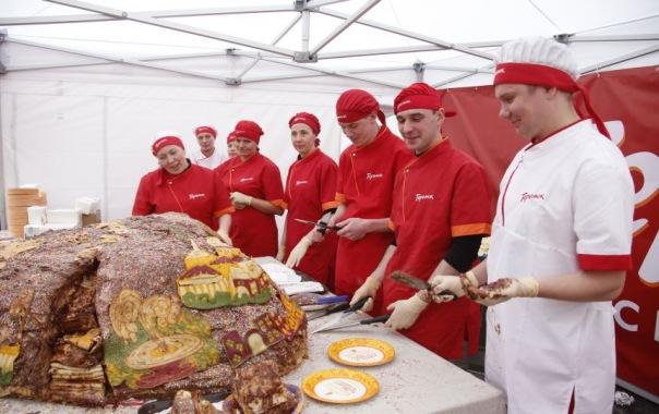 В Петербурге испекли 500-килограммовый блинный пирог