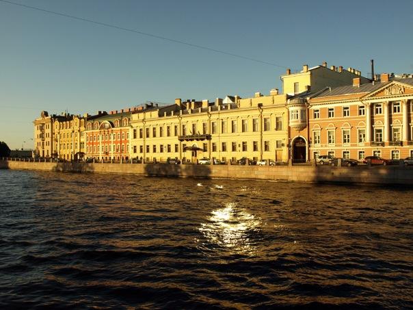 Сильный ветер покинет Петербург, но не унесет ясную погоду