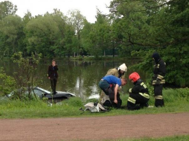 В Петербурге спасатели доставали Porsche из озера