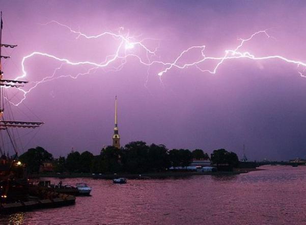 На Петербург обрушатся грозы и шквальный ветер