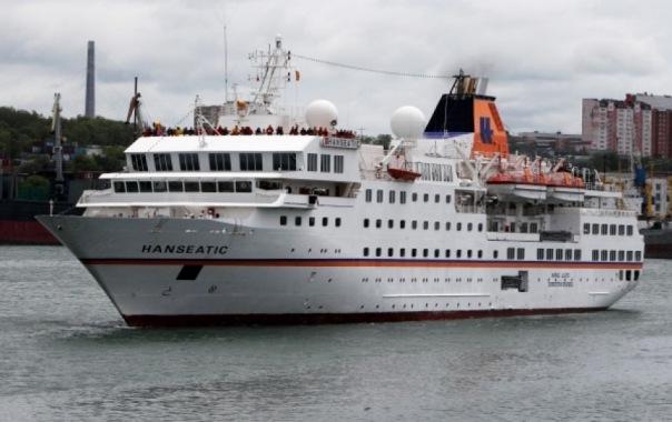 Теплоход с пьяными членами экипажа потерял управление под Петербургом
