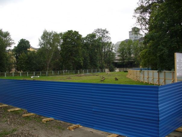 Синие строительные заборы в Петербурге заменят на серые
