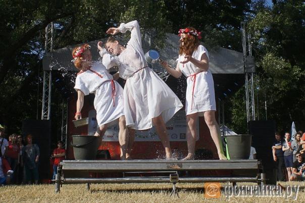 Фестиваль с участием петербургских журналистов и чиновников закончился конкурсом мокрых маек