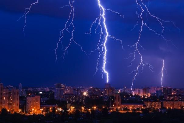 Главный синоптик Петербурга прогнозирует на выходные усиление ветра и ливни с грозами