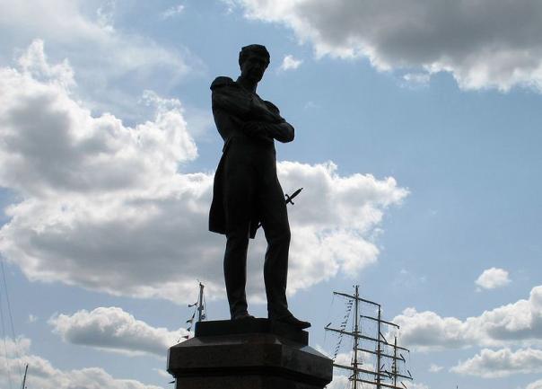 В День ВДВ с памятника адмиралу Крузенштерну пропал кортик